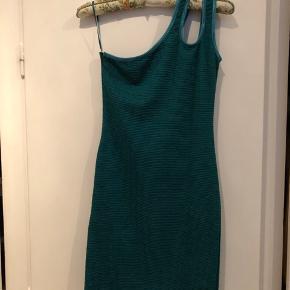 Str hedder S-M. Jeg tænker, at den kan bruges af både S/M, da der er meget stretch. Farven er smaragdgrøn.