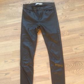 Bukser i imiteret læder, virkelig velholdte, brugt få gange, str M/34