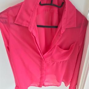 Varetype: Andet Størrelse: XS/S Farve: Pink  Rigtig fin skjorte sælges. I flot sommerfarve. Kontakt mig gerne på 42422704.