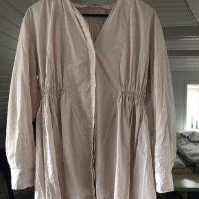 Nyde farvet fin skjorte , med flere detaljer. Næsten ikke brugt .