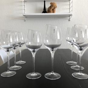 Eva Trio vinglas  Rødvinsglas x4 stk. - Bordeaux Hvidvinsglas x4stk. - Sauvignon Blance  Glassene har ALDRIG været brugt, og kun stået i mit vertrineskab. De fremstår derfor helt som nye.  Alle 8 glas sælges SAMLET for 1000kr. (Prisen er fast, da de er som nye)