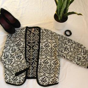 Dejlig åben jakke.  Mærket hedder Sweewë.  Str. M/L.  Brystmål ca. 54 Længde fra skulderen og ned ca. 51  100% bomuld  Jeg tager desværre ikke billeder med tøjet på