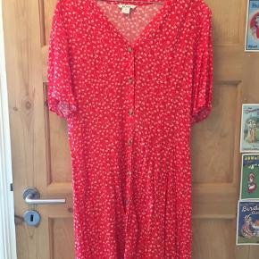 Rød kjole med blomster- og knappedetaljer fra Monki ❤️ Aldrig brugt, kun prøvet på.