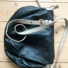 Flot Marc by Marc Jacobs taske! Købt i New York og fremstår med enkelte slidtager, som ved rem og samlinger. For flere billeder send PB :-)