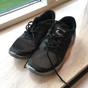 Rigtig fine Nike-sko til udendørs brug. Det er refleks i hele skoen, som ses på billede to. De er kun brugt et par gange og fremstår derfor som nye. Str. 38Priside 250 kr, ellers kom med et bud