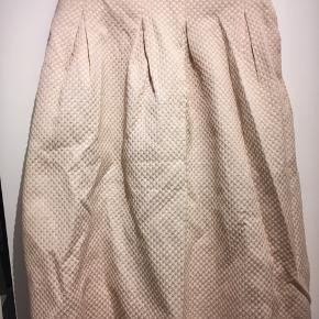 A-formet nederdel str. 36  Ferskenfarvet med guld-detaljer og dybe lommer  Mål: Længde: 67cm Talje: 70cm  Fra dyre- og røgfrit hjem Vasket i neutralt vaskemiddel  💃🏽