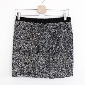 Moss Copenhagen nederdel med palietter fantastisk   størrelse: 2 men jeg er en S og passer den    pris: 70 kr   fragt: 37 kr