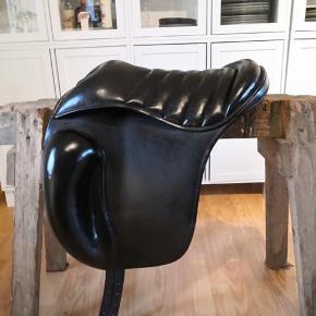 Topreiters bomløse sadel er designet til den helt ekstraordinære nære kontakte til hesten. Sadlen har ekstra store knæpuder.  Jeg har målt den til at være 43-44 cm i anlægsflade. Jeg har selv købt den brugt, så jeg kan derfor ikke svarer på hvor gammel sadlen er. Der er tegn på slid men gjordstropper og krog/ring til bøljlerne er super fine.  Sælges for 4000kr.  Kan afhentes i 8300 Odder, eller sendes for 200kr.