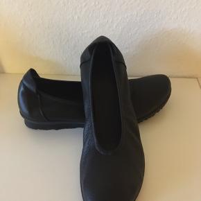 Fine Arche ballerina / flats i blødt sort skind. Sålen er rågummi og stødabsorberende.   Det er en lille Str. 37.   De er forsøgt gået med et par gange indendøre, men er for små.   Fremstår derfor som nye.