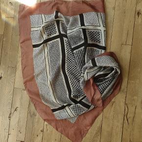 Lækkert silke tørklæde. Farver: gammelrosa, sort, hvid. Måler 104 x 100