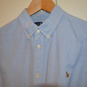 Sælger denne Ralph Lauren skjorte. den er ikke brugt særligt meget og har ingen huller eller pletter.den passer ca en 168-178 kommer an på kropsbygning