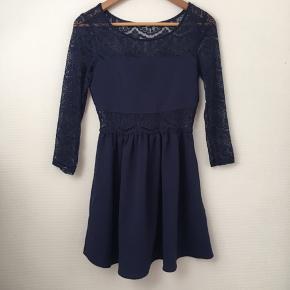 Kort kjole med elastisk talje og ærmer.