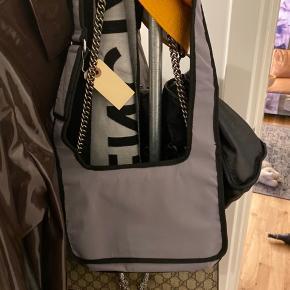 Weekday Tora crossbody taske - klassisk 90'er look med velcrolukning. Aldrig brugt :)