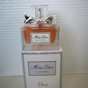 Sælger perfumer. Dior er næsten ny.  Versage og Gucci bruges, men meget mindre. Spørge om pris😊😊