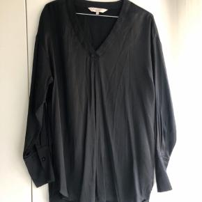 Flot bluse i sort, let skinnende materiale fra Part Two. Det er en str. 40, men oversize, og kan derfor også passe større 😊  Bud er velkomme 🌟