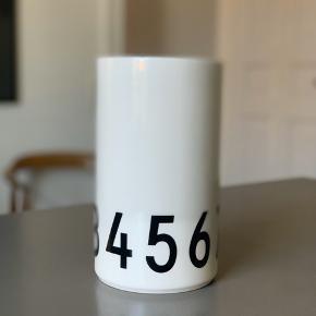 Fin vase. Enten til blomster eller til køkkenredskaber. 20 cm høj. 11,5 cm i diameter.  Brugt 2 gange.