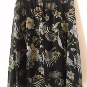 Smuk nederdel med elastik i taljen. Brugt få gange. Alm i str  Giver gode mængderabatter 🌸
