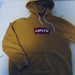 Super Levis trøje fra efterårskollektionen!Farven er karry, og kan style et hvert outfit!