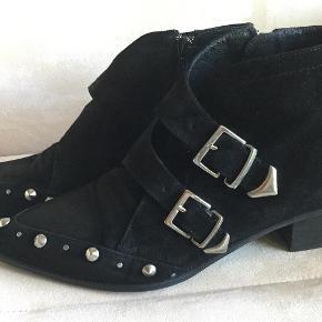 Varetype: Støvler Farve: Sort Oprindelig købspris: 1599 kr. Prisen angivet er inklusiv forsendelse.  Fede støvler med spænder og nitter, brugt een enkelt gang.  Dejlig hælhøjde på 4 cm
