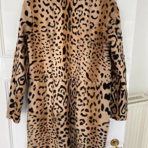 Smuk jakke i skind fra Meotine  Str M/L  Aldrig brugt, kun prøvet på