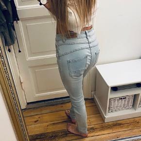Toxik 3 højtaljede jeans med knapper i stedet for lynlås. Massere af stræk i.