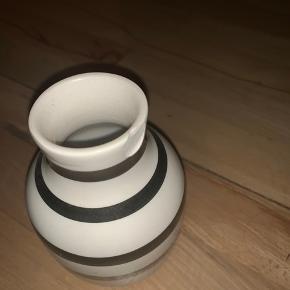 Lille kähler vase med sølv striber, lille skår i kanten.