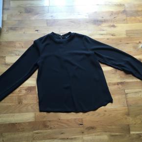 Fin trøje fra atmosphere. Stoffet er en lille smule see through men trøjen er ikke gennemsigtig. Str. S og brugt få gange 🎉
