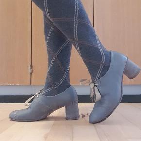 Fine 60'er inspirerede sko med satinbånd. Skoene er producerede i Italien, desværre kan jeg ikke huske mærket. De er en smule brugt men kan sagtens 'shines op' og er meget smukke og feminine på foden