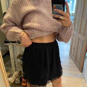 Fin mørkeblå nederdel med sort blonde.   Byd😁
