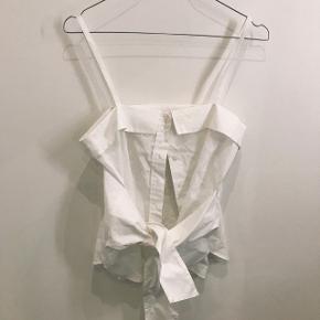 Skjorte top fra H&M.Har aldrig været i brug. Den er krøllet, så sælges derfor billigt.