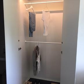 """Pænt skab fra IKEA, matte låger, hængsler med integreret dæmper der """"fanger"""" dørene, så de lukker roligt og stille, udtræksskinne nederst til fx sko, skabet er 200cm højt, så der er plads til to garderobestænger, 100cm bredt, 60 dybt, lys der tænder automatisk i toppen."""