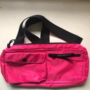 Sælger min seje Mads Nørgaard taske, da jeg ikke bruger den nok. Den har ingen huller eller andet tegn på slid. Skriv endelig for billeder, bud eller spørgsmål:)