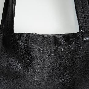 Lækker shopper i skind fra det tyske kvalitetsmærke Bree. Måler 39 x 37 x 9 cm. Stor indvendig lynlåslomme og lang nøglestrop. Jeg har flere billeder som kan sendes.  Foret med sort stof. Nypris 2200 kr. Virkelig fin stand. #30dayssellout Skindmulepose skindtaske indkøbstaske skoletaske  Taske