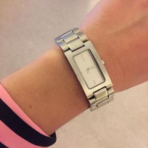DKNY solid stainless steel watch  Standen er god men brugt.  Kan afhentes i Valby / Frederiksberg  Æske samt et par ekstra led medfølger.  Er ikke interesseret i byttehandel😊