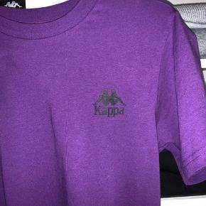 Helt ny Kappa trøje i størrelsen xs/s den er lidt oversize. Den er købt i januar. Trøjen var et fejlkøb. Standen er helt perfekt, da trøjen ikke er brugt.