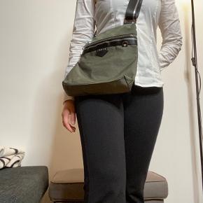 Rigtig fed taske fra JUEM!😄 et stort rum med en lille lomme, og et skjult rum bagpå. Virkelig lækker stand da den aldrig har været i brug😄  Vintage