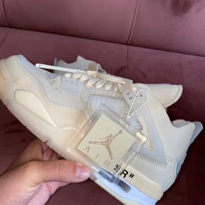 Beskrivelse:  Muligvis det mest ventet og eftertragtet samarbejde mellem Nike og vores alle sammens yndlings designer Virgil Abloh.  Informationer📝  Model/mærke: Nike Air Jordan 4 x Off-White👟  Størrelse: OBS jeg har 2x 40,5 - 2x 42,5 - 37,5📏  Stand: Dswt  OBS: Alt OG medfølger, boks, 3 ekstra laces, zip-tie samt kvittering