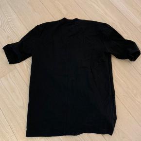 David Andersen T-shirt med imiteret læder. Jeg bruger normalt en medium, og denne XS passer mig.