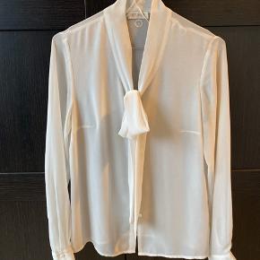 Skjorte fra At. P. Co. Brugt få gange. Øverste knap mangler, men den behøves ikke, da man binder båndet. Ellers kan der nemt syes en i. Nypris: 700,-