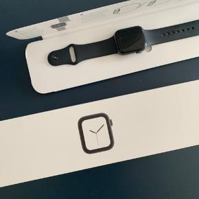Apple watch serie 4 40 mm space grey Æske +oplader + ekstra rem inkluderet  1.5 år gammel  Skærmen er til dels gået i stykker - se billeder
