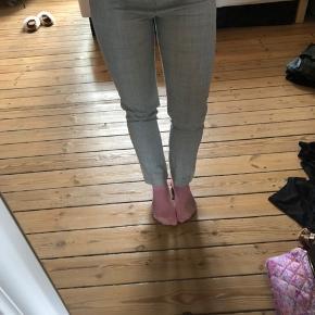 Smukke lysegrå suit bukser i 100% uld fra samsøe samsøe. De er prøvet på men ikke brugt. Åben for bud :)