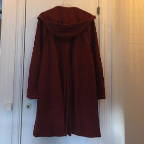 Smuk lang og helt speciel vintage frakke fra Amsterdam i bordeaux / vinrød uld. Har kæmpe hætte, brede ærmer og er a-formet. Skal ses! ☺️  Fin stand. Jeg har selv givet omkring 800,- for frakken på en rejse men kun haft den på to gange.  Prisidé: 400 kr. plus evt. porto.