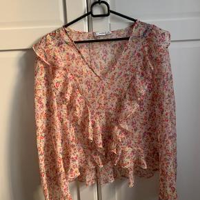 Blomstret trøje fra Mango, rigtig fin og er stort set ikke brugt 🌸🌺