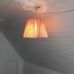 Hemsta loftslampe med pærer. Virker og står i pæn stand. Lyserød.