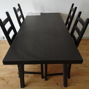 Flot mørkt spisebord med 4 stole sælges.  Nypris 3700kr