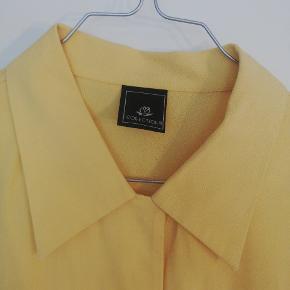 Super fin gul skjorte. Lidt oversize, men ikke meget (på en M)