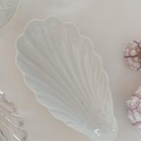 Muslinge skål i hvid porcelæn. Længde ca 14cm