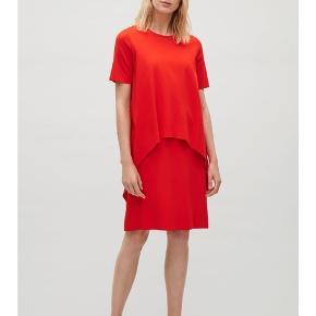 Super flot kjole fra Cos i str. small i en skøn, mørk orange/rød kjole.   Brugt få gange og fremstår som ny.