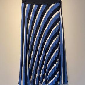 Mega sød  plisseret nederdel fra hm Intet i vejen med den Byd endelig