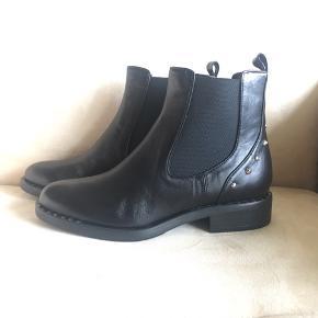 Rigtig flotte støvler fra Apair, nitter på støvle og på sål- som gør dem endnu flottere.  Købspris 1999,-